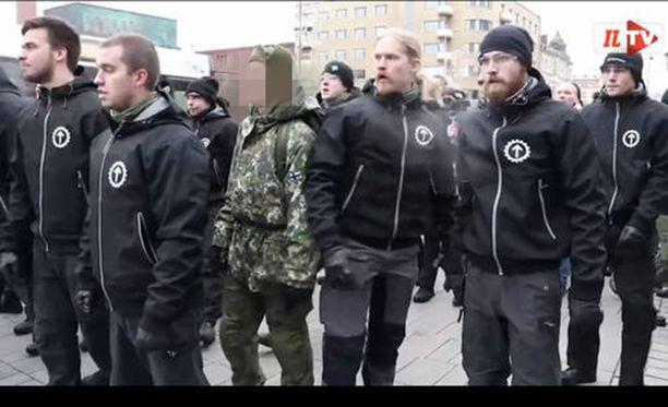 Varusmies marssi PVL:n mielenosoituksessa sotilaspuvussa lokakuussa Tampereella.
