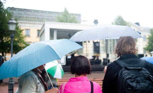 Viikonlopun juhlia varjostavat isossa osassa maata sateet.