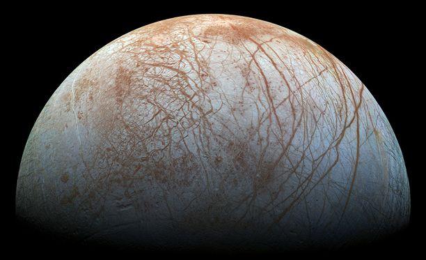 Europa-kuun pinta on tasainen ja siinä on tummempia juovia, jotka muistuttavat Maan merten jääpeitteiden railoja.