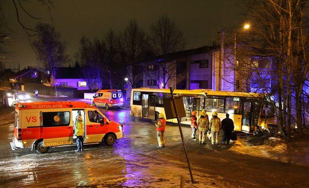 Bussin vauhti ei ollut pelastuslaitoksen mukaan kovin suuri, mutta tie oli peilijäässä.