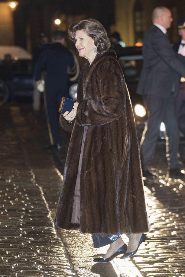 Kuningatar Silvia edusti luottoturkiksessaan. Silvia on nähty samassa talviasussa jo monta vuotta kyseisessä kokoontumisessa.
