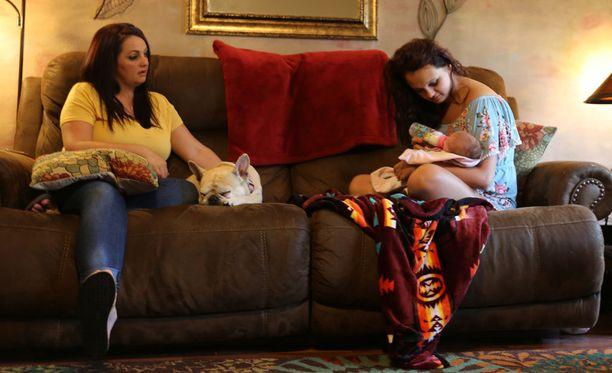 Lexus (oik.) on 15-vuotias teiniäiti. Hänen oma äitinsä oli saman ikäinen odottaessaan tytärtään.
