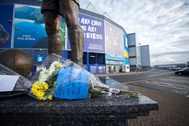 Cardiff City -stadionille jätettiin tiistaina kukkia Salan kunniaksi.
