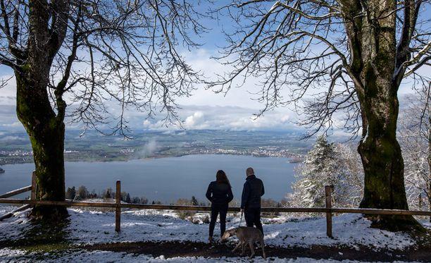 Lumipeitteinen Zugin kaupunki Sveitsissä on henkeäsalpaavan kaunis.