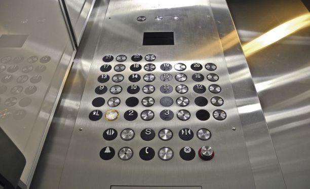 Mies putosi hissikorin mukana noin kahdeksan metrin matkan. Kuvan hissi ei liity tapaukseen.