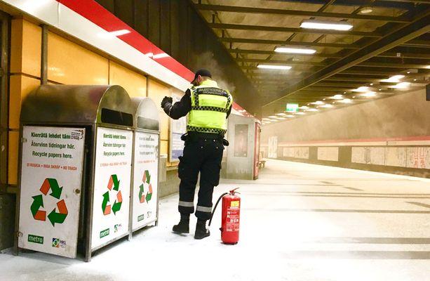 Järjestyksenvalvojat sammuttivat lehtiroskiksen metroasemalla.