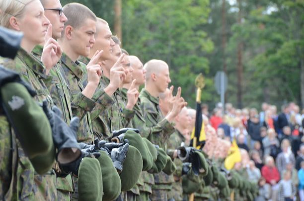 Reserviläisliitto painottaa, että isänmaan turvaaminen yhdistää kaikkia sotilasarvosta, sukupuolesta tai iästä riippumatta. Kuva Porin prikaatissa elokuussa 2012 järjestetystä valatilaisuudesta.