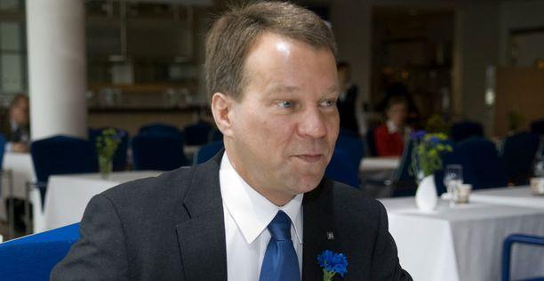 Jukka Mäkelä nousee kaupunginjohtajaksi Espoon kaupunginvaltuuston puheenjohtajan paikalta.
