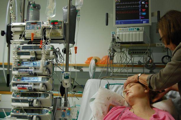 Jenni teho-osastolla kriittisessä tilassa. Tukena hänen äitinsä.