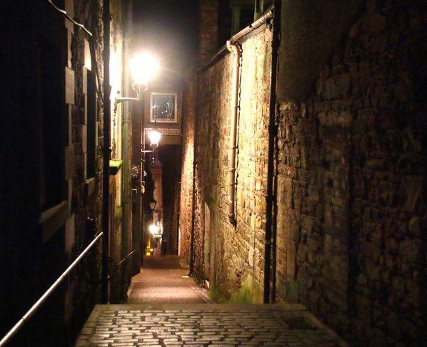 Edinburghin kapeat kadut voivat olla hyvinkin aavemaisen näköisiä.