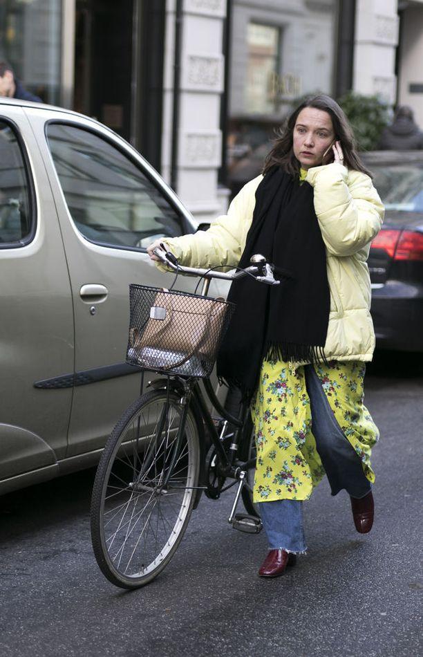 Jättipuffer, farkut sekä balenciagahenkinen kukkamekko - malliesimerkki kiinnostavasta katutyylistä. Pyörä puolestaan on kööpenhaminalaisen vakioasuste.