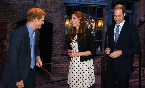 Nuoret brittikuninkaalliset Harry, Kate ja William.