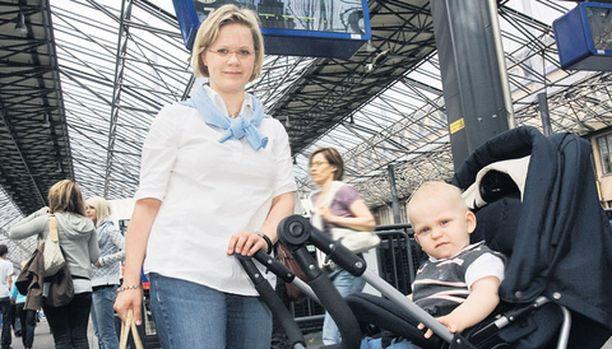 Auto on paras Kotkan mummolareissuille, Johanna Paananen ja Oliver, 1, nyökyttelevät.