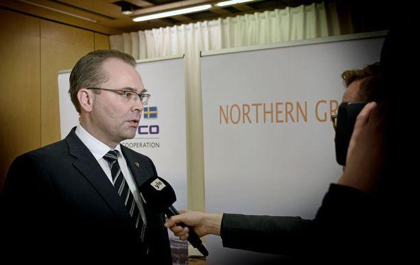 Puolustusministeri Jussi Niinistö (sin) kommentoi hotelli Kalastajatorpalla järjestämässään tiedotustilaisuudessa keskustelujaan Yhdysvaltain puolustusministeri James Mattisin kanssa.