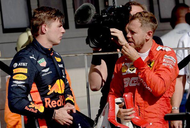 Red Bullin Max Verstappen (vas.) sai kuulla Sebastian Vettelin kootut meriselitykset heti tuoreeltaan Unkarin GP:n jälkeen.