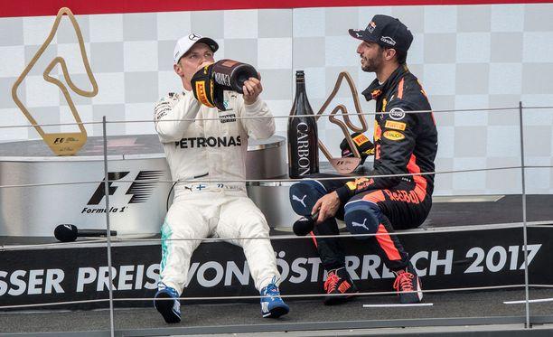 Valtteri Bottas otti pitkän huikan megapullosta Daniel Ricciardo seuranaan.