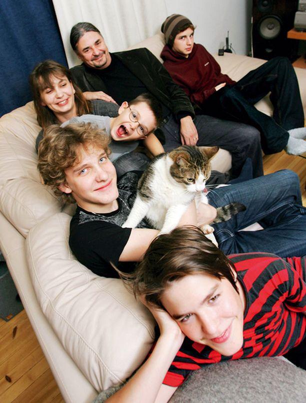 Riikan ja Sepon perhe mahtuu nykyisin juuri ja juuri yhdelle sohvalle.