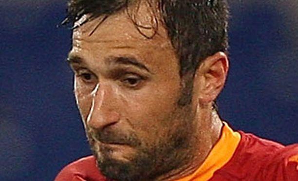 """Mirko Vucinic vaihtaa """"Vanhaan rouvaan""""."""