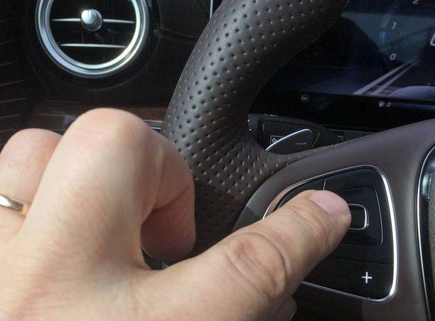 Kosketuspadit sormille ratissa, uutta automaailmassa.