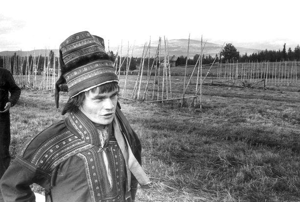 Niiles-Jouni Aikio muistetaan Maa on syntinen laulu -elokuvan Oula Nahkamaan roolista.