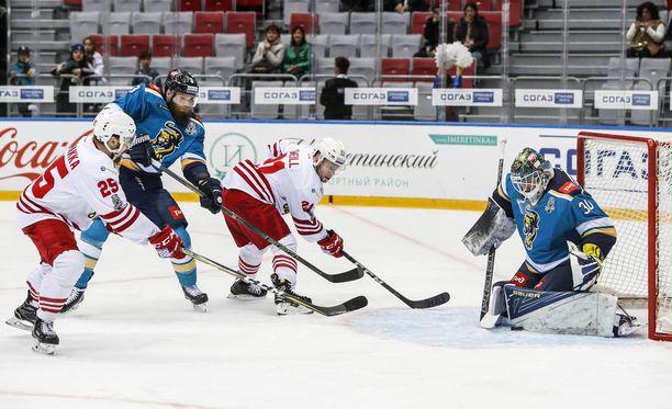 Pekka Jormakka (vasemmalla) oli narrisankari Sotshin keskiviikkoillassa.