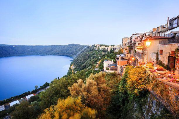 Castel Gandolfo on rakennettu kauniiseen järvenrantamaastoon.