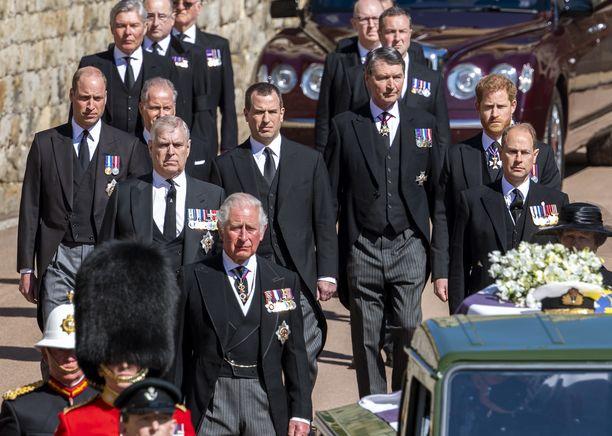 Prinssi Philipin omaiset saapuivat vakavana hänen hautajaisiinsa. Vasemmassa reunassa prinssi William, etualalla prinssi Charles, oikeassa reunassa prinssi Harry.