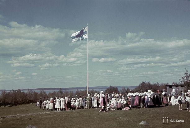 Juhannusjuhlan viettoa Sellinjärven rannalla sijaitsevassa Selkissä vuonna 1942. Myös Selginä ja Sellinkylänä tunnettu kylä kuuluu Karjalan tasavallan Karhumäen piirin.