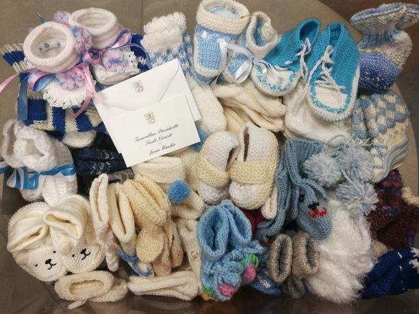 Osa Aaro-pojan saamista sukista ja töppösistä lahjoitetaan toisille vauvoille.