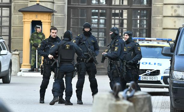 Poliisit partioivat lähellä Kuninkaanlinnaa Tukholmassa.