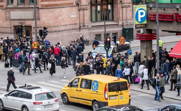 Tukholman terrori-iskussa on kuollut ainakin neljä ihmistä.