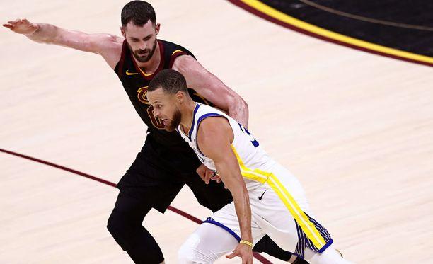 Kesällä NBA-finaaleissa pelanneen Cleveland Cavaliersin Kevin Love jäi kääpiöksi Yao Mingin rinnalla.