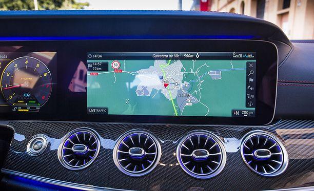 Valtavan kokoinen widescreen cockpit -näyttö on muokattavissa monipuolisesti kuljettajan mieltymysten mukaisesti.