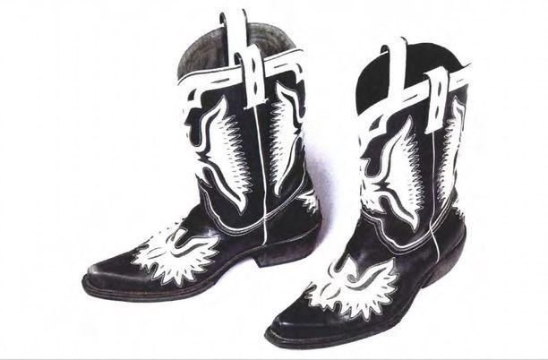 Penttilän asunnosta takavarikoitiin myös kenkäpari.