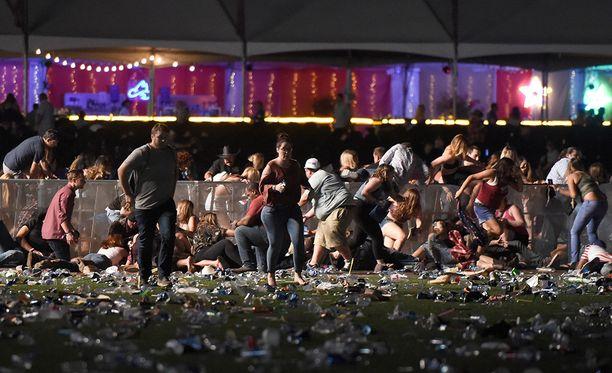 Ihmiset pakenivat paniikissa konserttialueelta ammuskelun alettua.