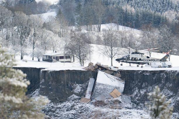 Pelastustyöntekijät joutuvat etsimään mahdollisia eloonjääneitä vaarallisissa olosuhteissa.