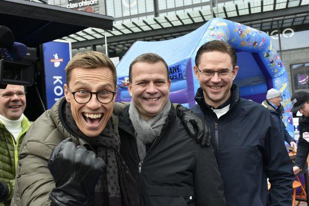 """Alexander Stubb (vas.), Petteri Orpo ja Jyrki Katainen toteuttivat näyttävän yhteisesiintymisen kokoomuksen vaalikampanjan viimeisenä päivänä. """"Olemme osa kansainvälistä maailmaa ja Eurooppaa, emmekä käperry sisäänpäin. Molempien kautta viesti on hyvin vahva"""", Orpo kertoo, miksi hän halusi kaksi entistä kokoomuslaista pääministeriä vierelleen. LAURI NURMI"""