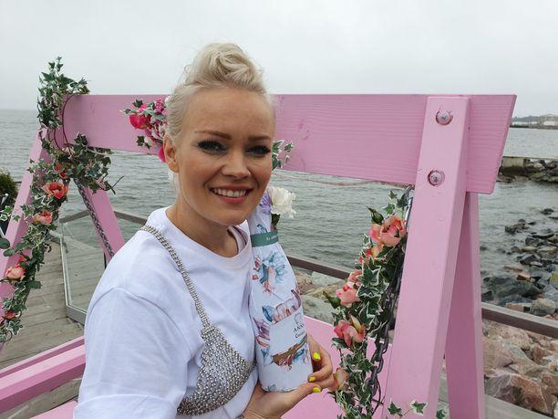Anna Puu esitteli suunnittelemansa timanttikuvion ravintola Löylyn terassilla.