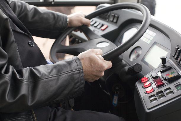 Keskusrikospoliisi tiedotti aiemmin keskiviikkona kahdesta eri tapauksesta, joissa matkustajan epäillään hyökänneen linja-auton kuljettajan kimppuun. Kuvituskuva.