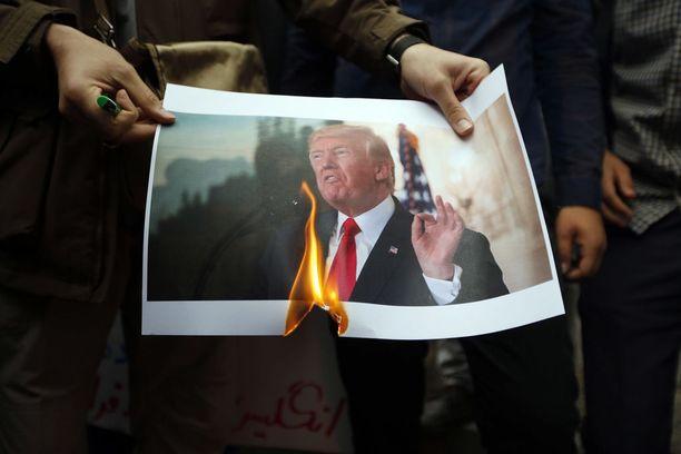 Yhdysvaltojen päätös ydinohjelman jättämisestä on herättänyt mielenosoituksia Iranin Teheranissa.