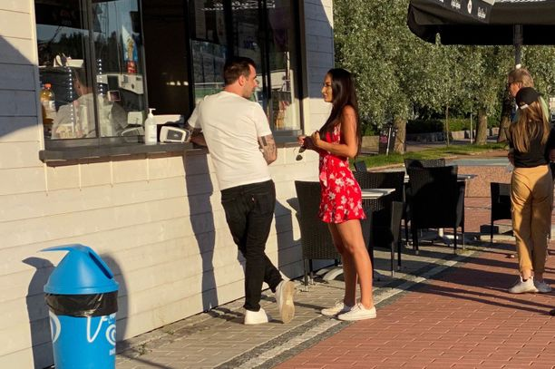 Niko Ranta-aho ja Katrie Daler bongattiin eilen Porvoossa kahvilan terassilla.