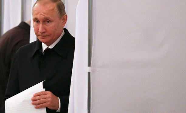 Presidentti Vladimit Putin kävi jättämässä äänensä duuman vaaleissa äänestyspaikalla Moskovassa.