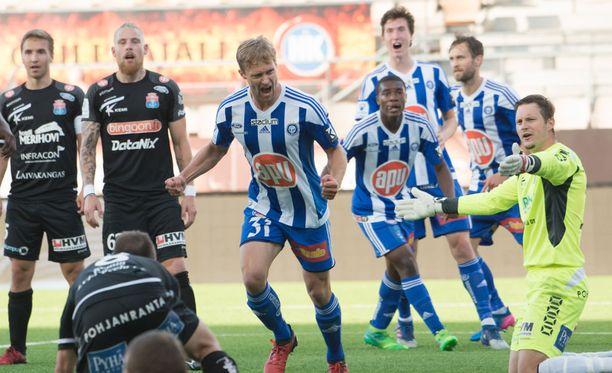 HJK:n Enoch Banza (ensimmäinen pelaaja tuulettavan Akseli Pelvaksen takana) teki vaikutuksen liigadebyytissään.