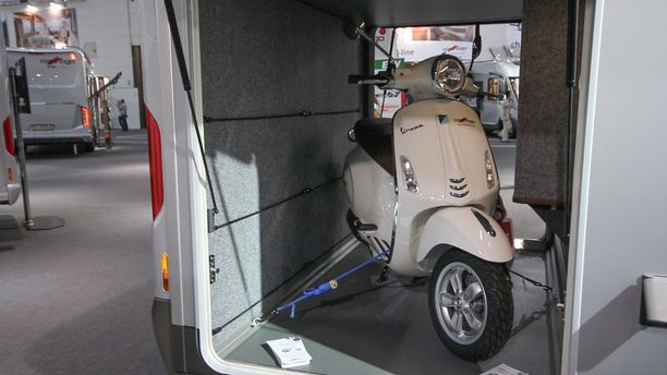 Matkailuauton peräosassa kulkee jopa skootteri.
