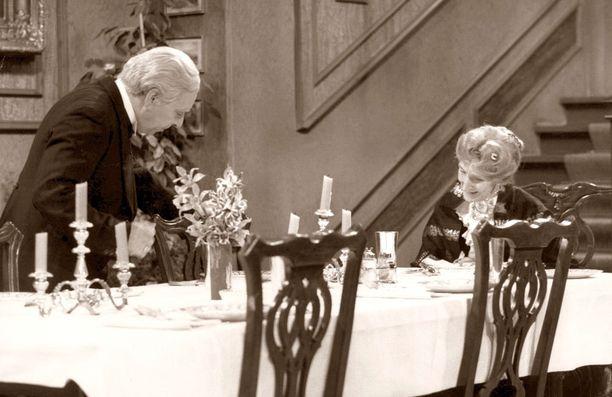 Hovimestaria esittää Freddie Frinton ja kreivitärtä May Warden.