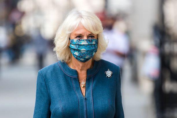 Herttuatar Camilla nähtiin ensimmäisenä brittikuninkaallisena maski kasvoillaan.
