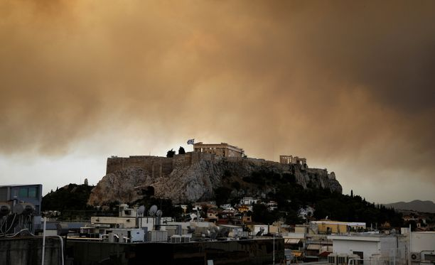Maastopalojen savu sumentaa myös näkymää Akropolin kukkulalle Ateenassa.