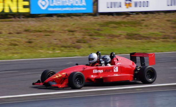 Liettulainen Formula kolmonen tarjoaa kyytiläisilleen julmettua kyytiä. G-voimat ja radan hajut tulevat tutuiksi.