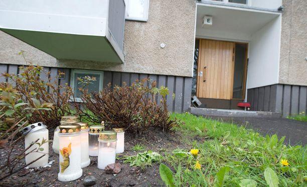 Kuollutta pikkutyttöä muistettiin tämän kotitalon rapun edessä kynttilöin toukokuussa 2012.