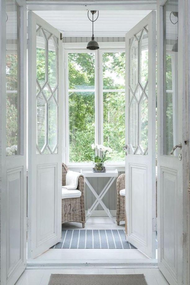 Tälle kuistille oman tunnelmansa antavat asunnon puolelta avautuvat koristeelliset pariovet.